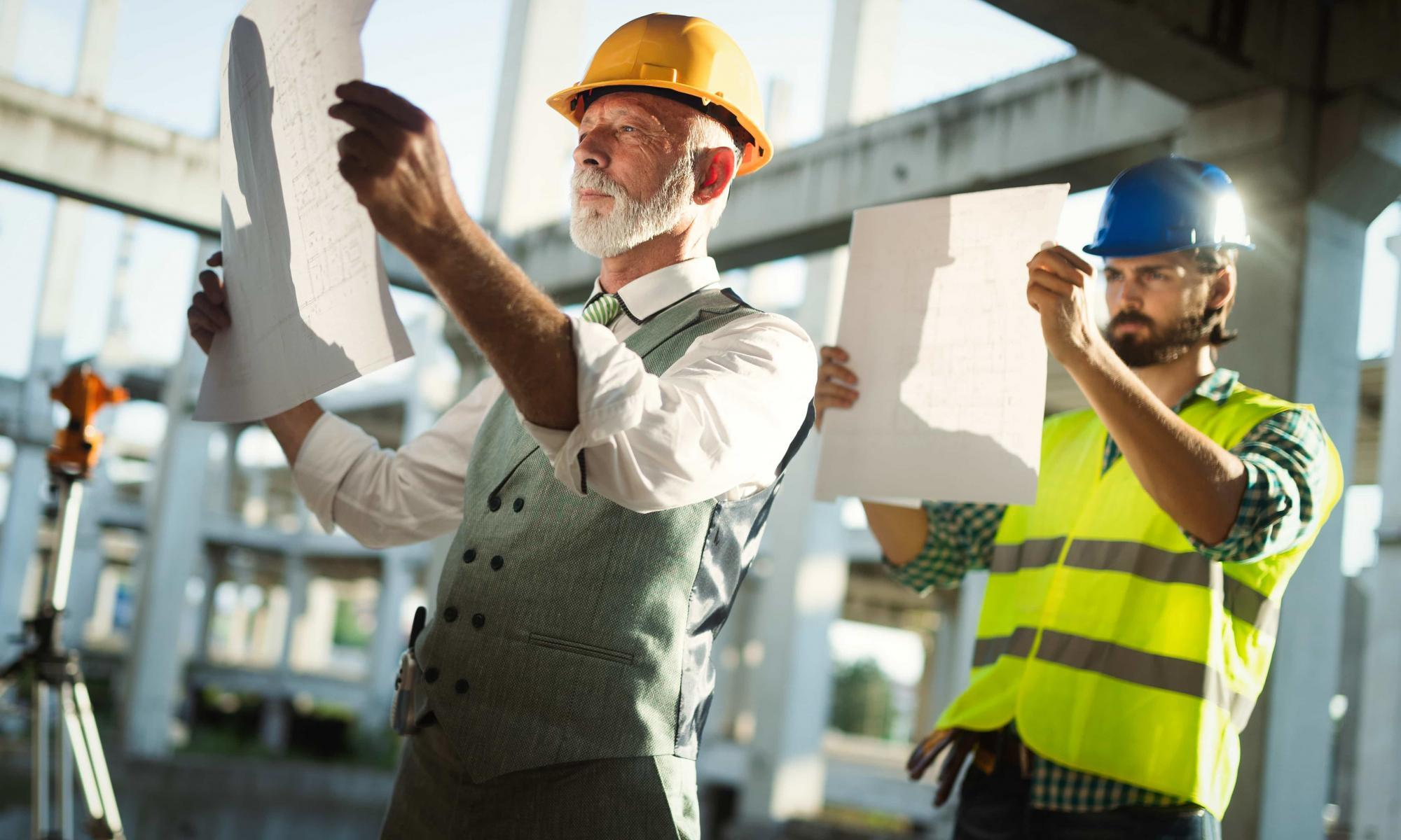 construction-engineers-discussion-with-architects-SDJAB6T-min